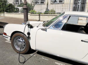 Porsche 911 rétrofité en charge électrique